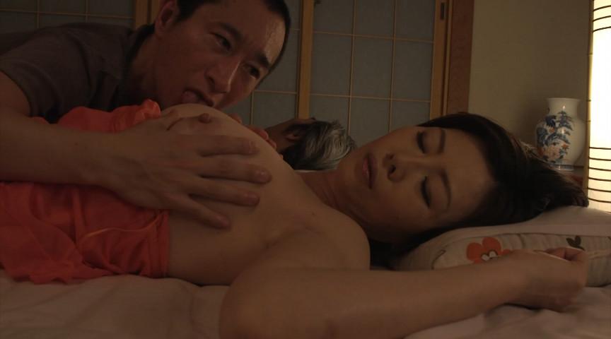 夫の寝ている横で息子と交わる淫ら熟母