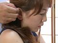 耳たぶを攻められる人妻