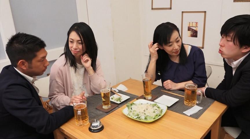 週末の夜、居酒屋で飲んでいるおばさん2人組。 画像 1
