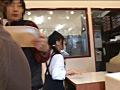 接客中に顔を紅潮させながら感じまくるバイト娘2サムネイル5