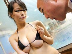 水泳教室なのに父親達を勃起させてしまう巨乳奥さん