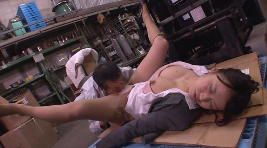 睡魔と闘いながらも半裸で逃げるOLであったが無念の昏睡