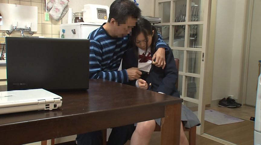 パソコンに入っていた自分の母親のハメ撮り動画で興奮した隣の家の娘と恥ずかしい姿を見られ拒めなくなった母親を並べて親子丼 10枚目