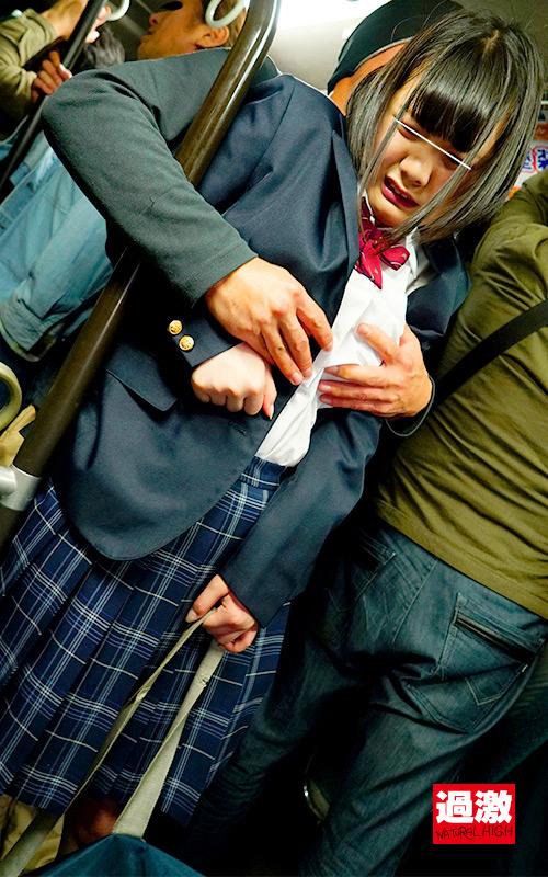 満員バスで背後から制服越しにねっとり乳揉み痴漢され腰をクネらせ感じまくる巨乳女子○生7 16枚目