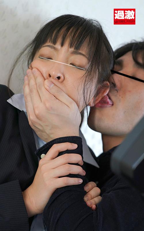 背後から耳舐め乳首いじりで腰を抜かす敏感女のサンプル画像