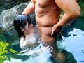 混浴温泉で乳首をしつこく刺激する乳吸い責めに欲情した女は湯しぶきが立つハードピストンの快感で中出しを拒めない2...thumbnai2