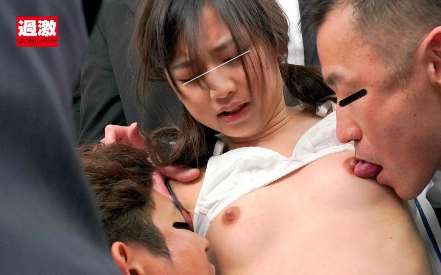 ちっちゃな女の子を囲んでネチネチ痴漢する卑劣巨漢集団