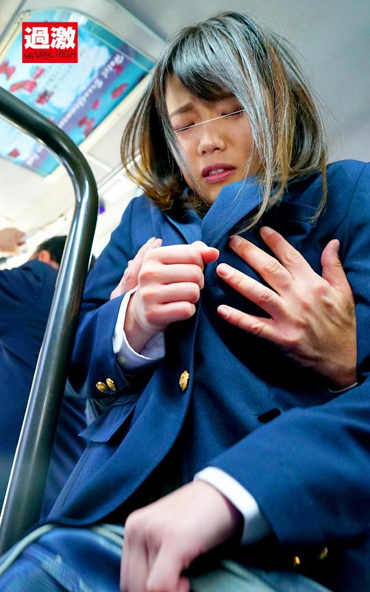 満員バスで背後から制服越しにねっとり乳揉み痴漢され腰をクネらせ感じまくる巨乳女子○生10 1枚目