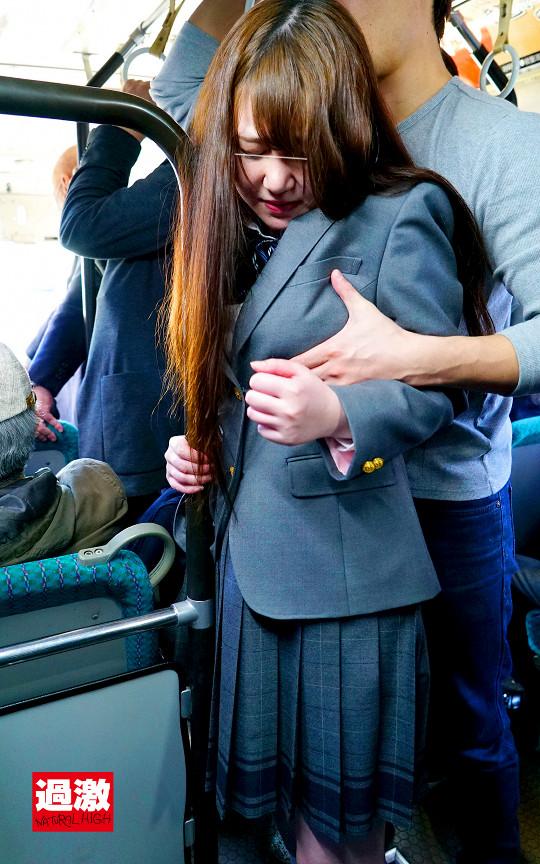 満員バスで背後から制服越しにねっとり乳揉み痴漢され腰をクネらせ感じまくる巨乳女子○生10 6枚目