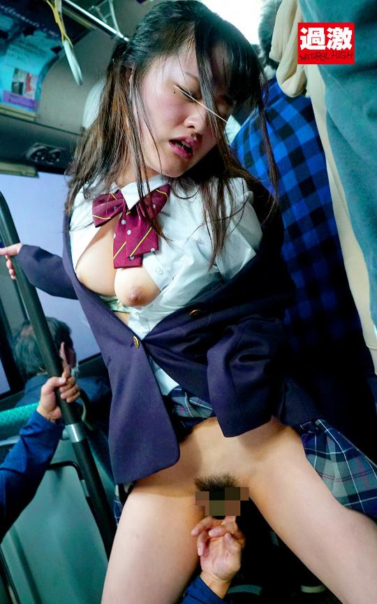 満員バスで背後から制服越しにねっとり乳揉み痴漢され腰をクネらせ感じまくる巨乳女子○生10 13枚目