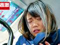 満員バスで制服越しに乳揉み痴漢される巨乳女子○生10のサムネイルエロ画像No.1
