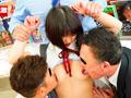 ちっちゃな女の子を囲んで痴漢する巨漢集団 総集編付きのサムネイルエロ画像No.1
