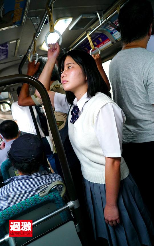 満員バスで背後から制服越しにねっとり乳揉み痴漢され腰をクネらせ感じまくる巨乳女子○生11 11枚目