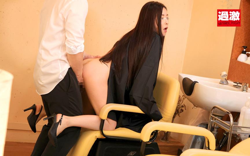 美容室でケープの中を全裸にされカット中に何度もこっそりイキさせられる敏感女 7枚目