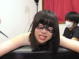 顔を歪めて笑いを堪えるキュートな女子 【DUGA】