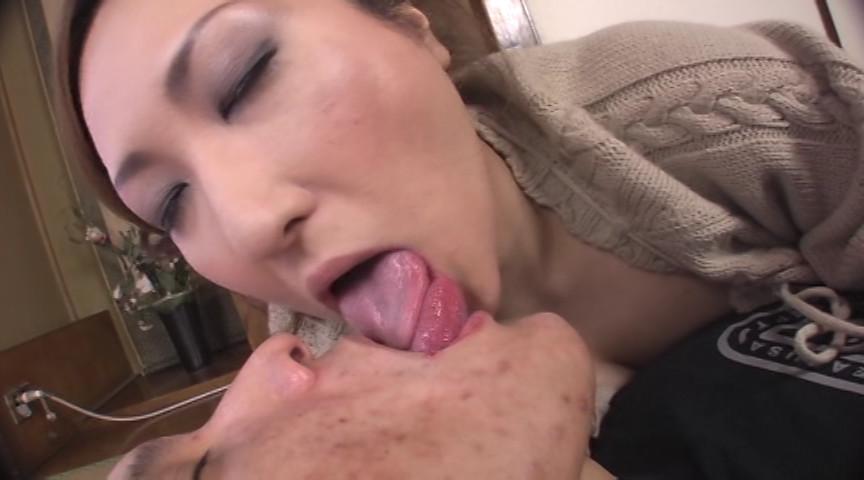 禁断母の舌が激しく絡む 濃厚べろちゅう