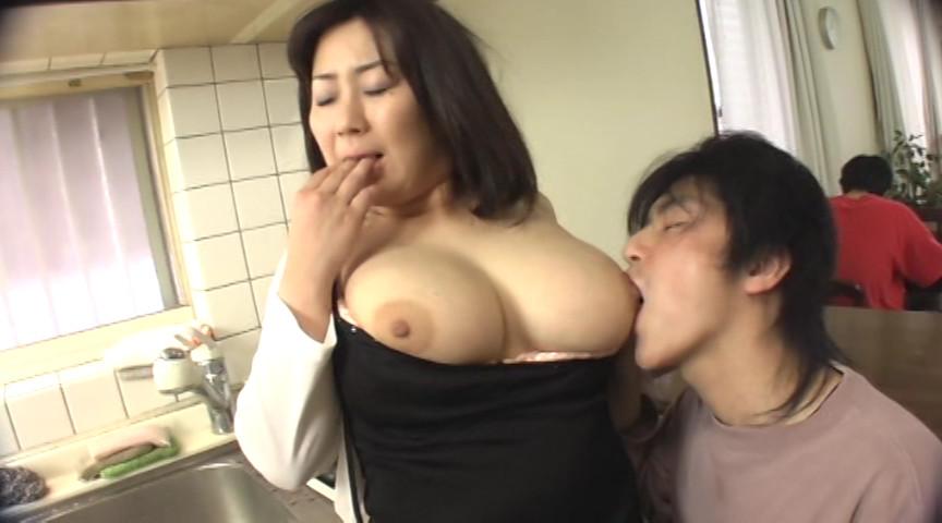 お母さんの乳舐め