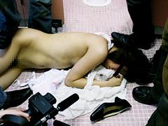 流出!和式便所レ●プ 排泄中の女を襲う鬼畜集団:レ○プ