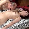 10代娘のマ○コに80歳老人チンポ挿入