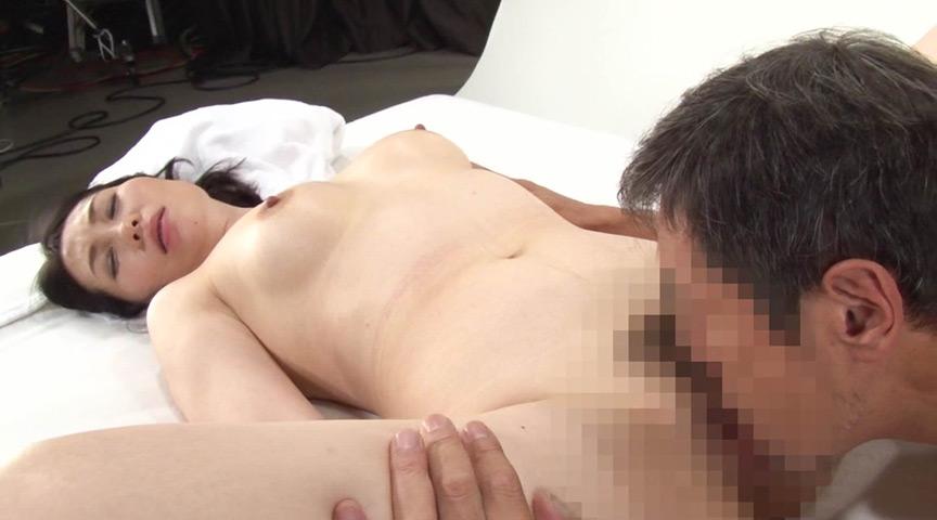 セックス特集の取材に来た某有名女性誌の美熟女編集長 画像 16