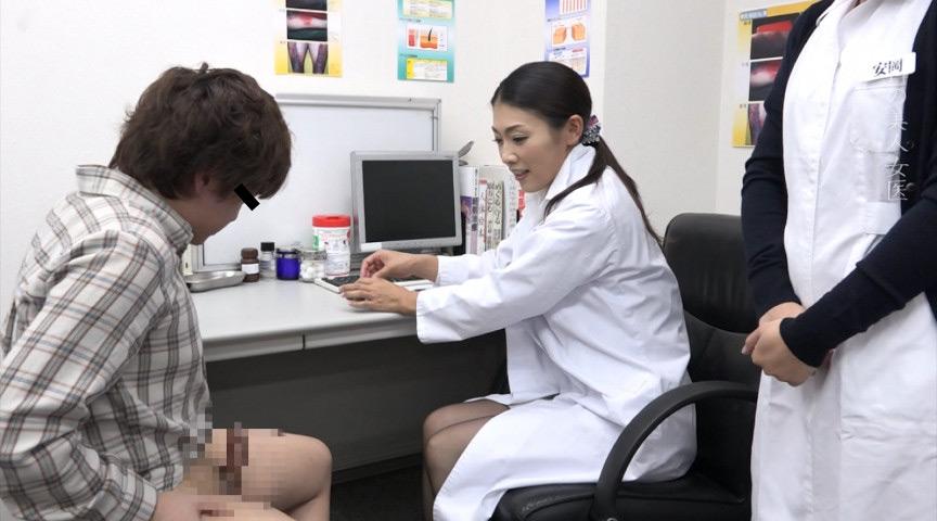 患部なので堂々とパンツを脱いでチンコを女医に見せつける
