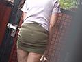 タイトミニを穿いて見せつけている近所の五十路奥さん 無料画像1