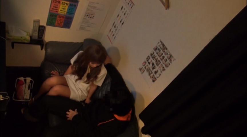 素人さんが優しく手コキフェラしてくれる個室ビデオのサンプル画像