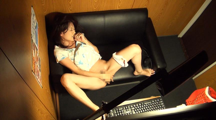声を出せず自分の指でグチョグチョ音を立てながらイキまくるマン喫オナニー8 の画像18
