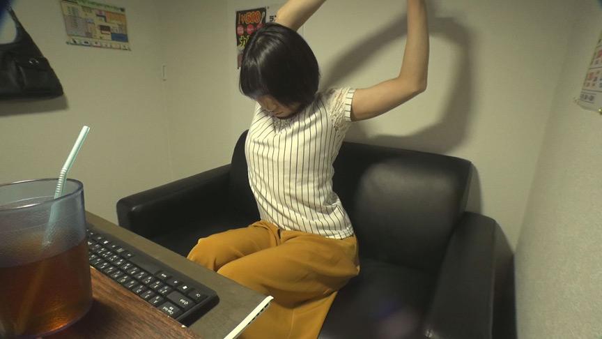 ネットカフェでバレないように没頭する素人オナニー動画 画像 1