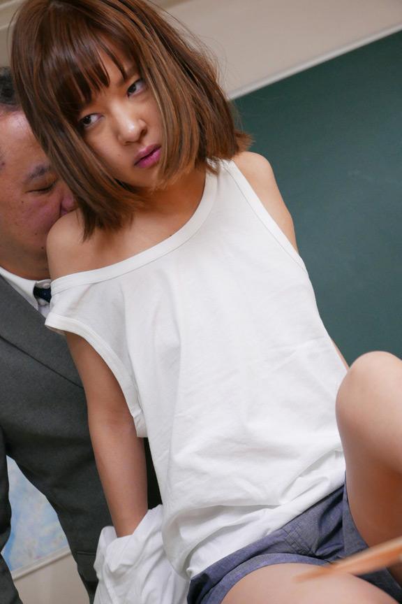 男子の制服を着ている友達が輪姦されている あべみかこのサンプル画像8