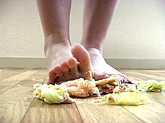 唾液:エビかつバーガーを唾と足で踏み潰してみました!
