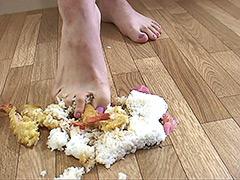 クラッシュ:海老天丼を足で踏み潰してM男に食べさせてみました!