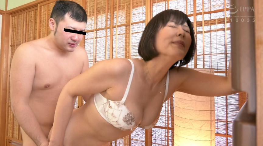 お尻を突き出すポーズがエロすぎる後背位ばかりの動画集