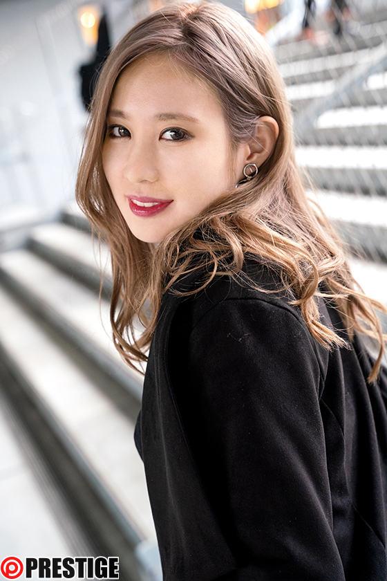 ストリート・クイーン AV debut!! かれん(21)女子大生 街の視線を集める路上の女王がAV参戦! 1枚目