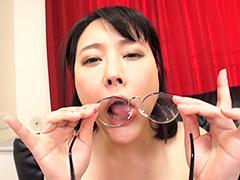 レンズに付いた精子をベロベロ舐めるメガネ顔面発射2