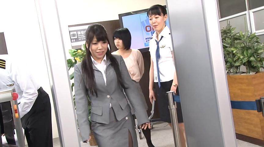 空港の出国審査ゲートでドッキリ羞恥身体検査