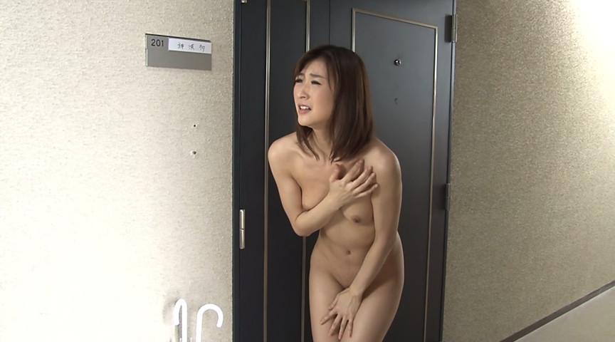 全裸で閉め出された美人妻とそれを見てしまった隣人の僕