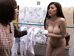 全裸で閉め出された巨乳妻とそれを見てしまった僕2