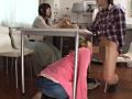 彼女の親友が机の下にこっそり隠れてフェラチオ2