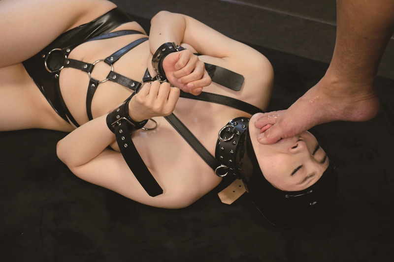 全裸と奴隷拘束具姿のギャップ2