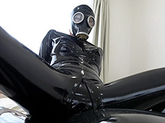 【エロ動画】Rubber Suit Lovers~gas mask anal rubber sex~のシコれるエロ画像