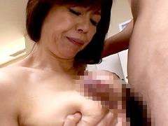 お母さんの温かい乳房に挟まれて出ちゃったんです。