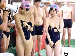 ●学生のスクール水着が水に溶けて10人全員素っ裸!!