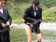 ウェット&メッシー:下校ついでの海水浴