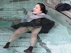 ウェット&メッシー:なりゆき制服入浴