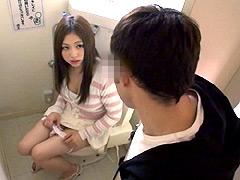 トイレに行ったら女性が用を足している瞬間に遭遇!
