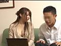 人妻は夫以外の男にアダルトビデオを見せ、誘惑する