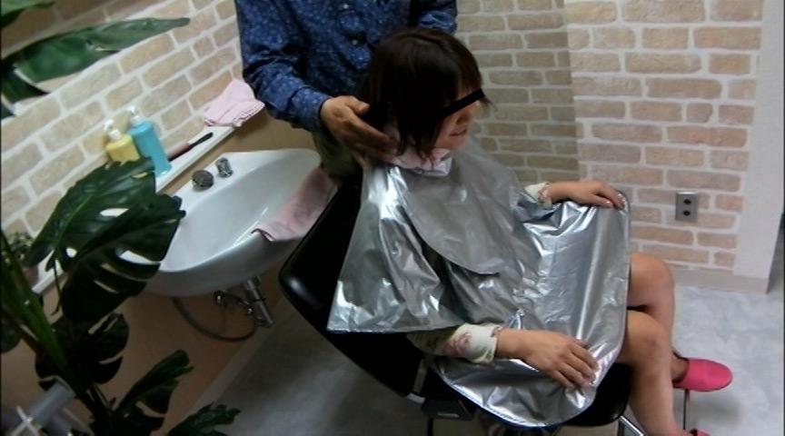 美容院でシャンプー待ちをしている女性客のパンチラ盗撮2 の画像15