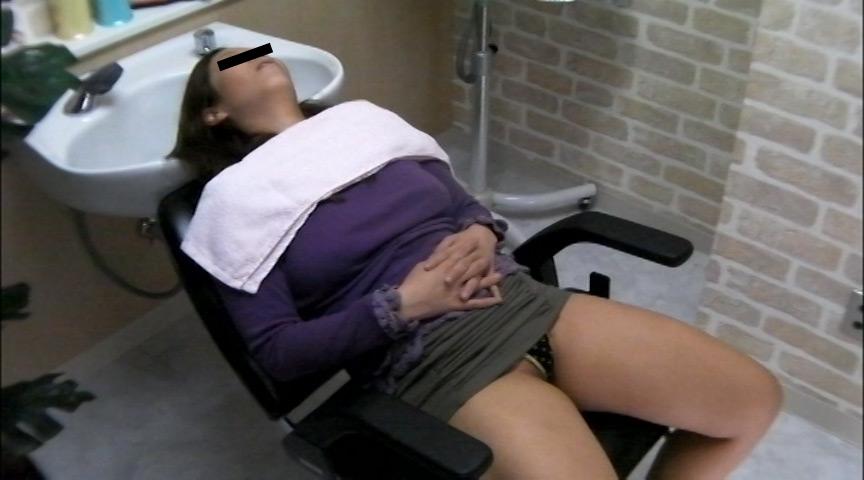 美容院でシャンプー待ちをしている女性客のパンチラ盗撮2 の画像11