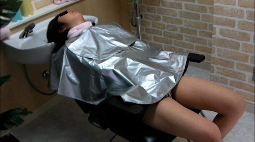 美容院でシャンプー待ちをしている女性客のパンチラ盗撮2 の画像4